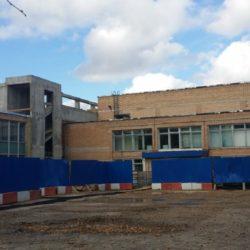Вид на здание бассейна и на строящееся здание